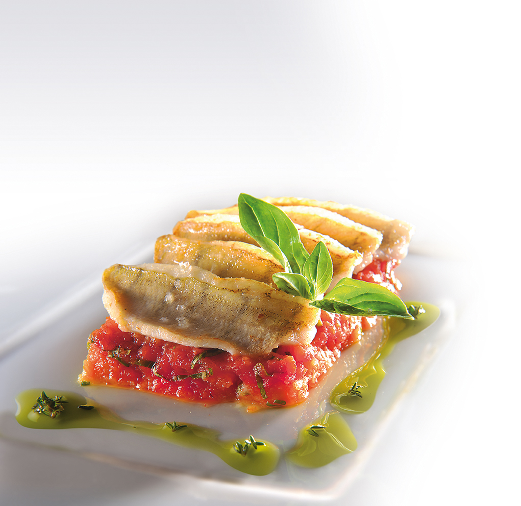 Gâteau de perche du Léman à l'écrasée de pommes de terre nouvelles et confit de tomates