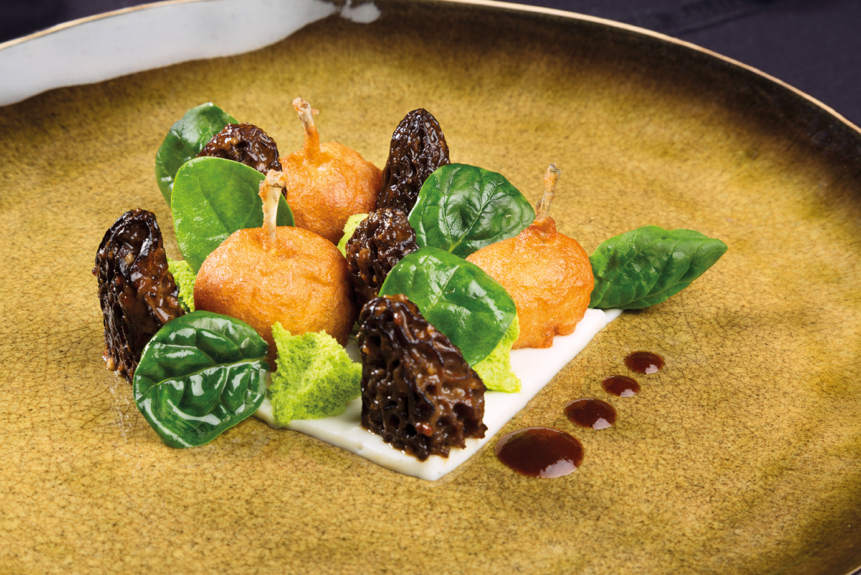 Cuisses de grenouilles en tempura, morilles farcies, crémeux au vin d'Arbois