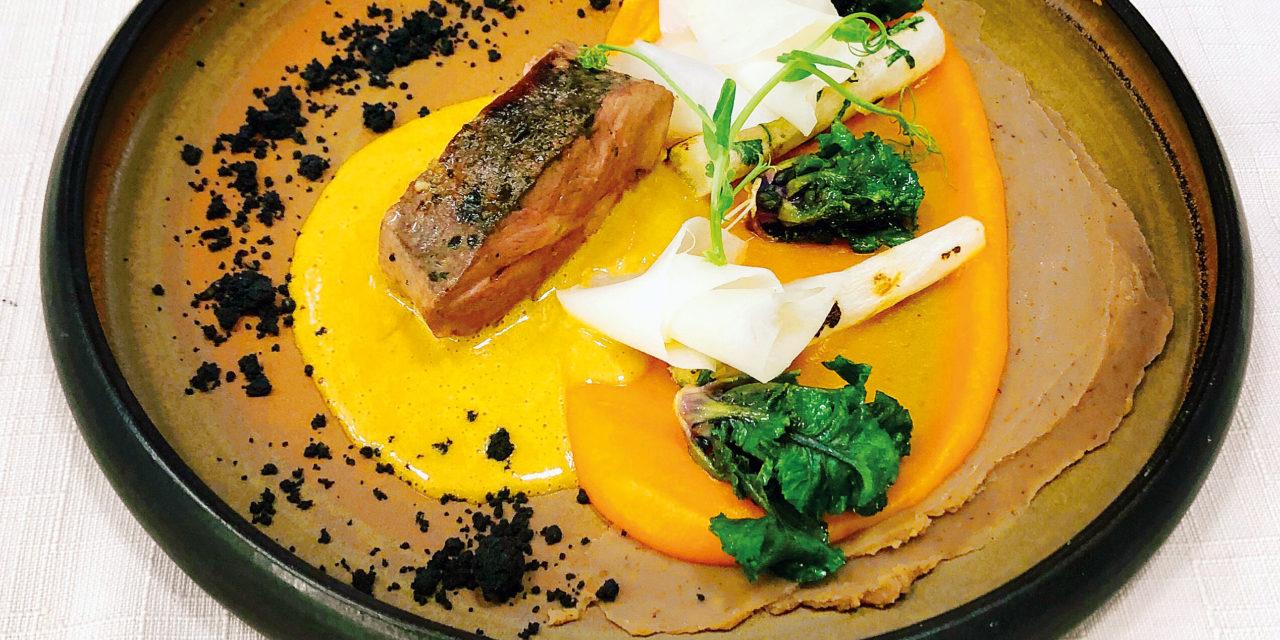 Entrecôte de chevreuil à la fève de tonka, citrouille, châtaigne, salsifis, daikon et sauce raifort